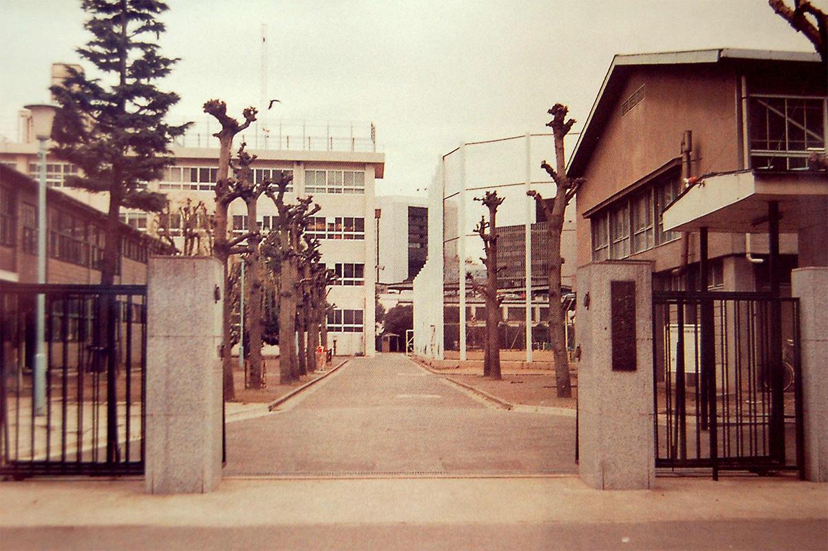 昭和60年(1985年)当時の正門から見た校舎