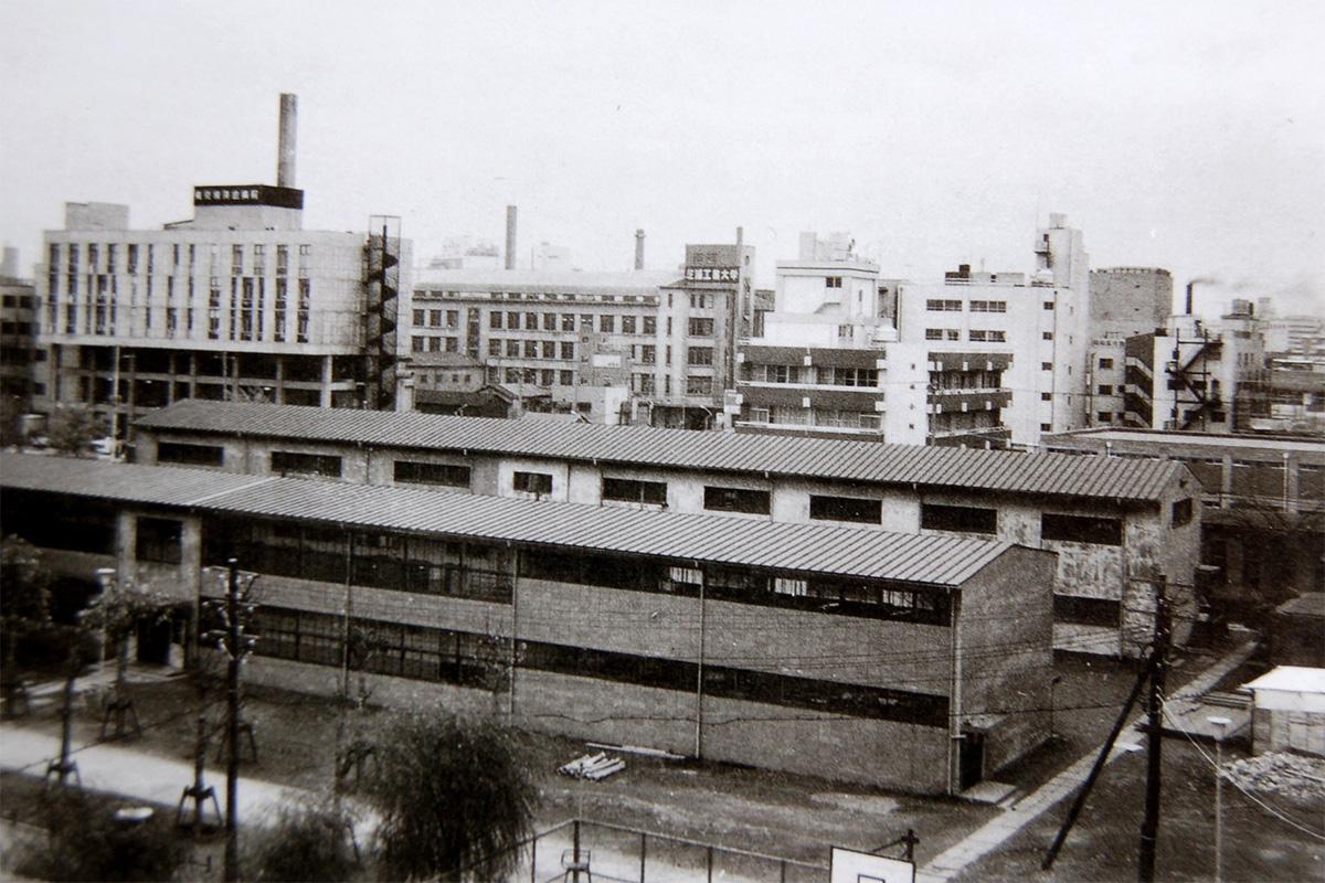 昭和54年(1979年)当時の特別教室棟(旧4号館)とホームルーム棟(旧3号館)