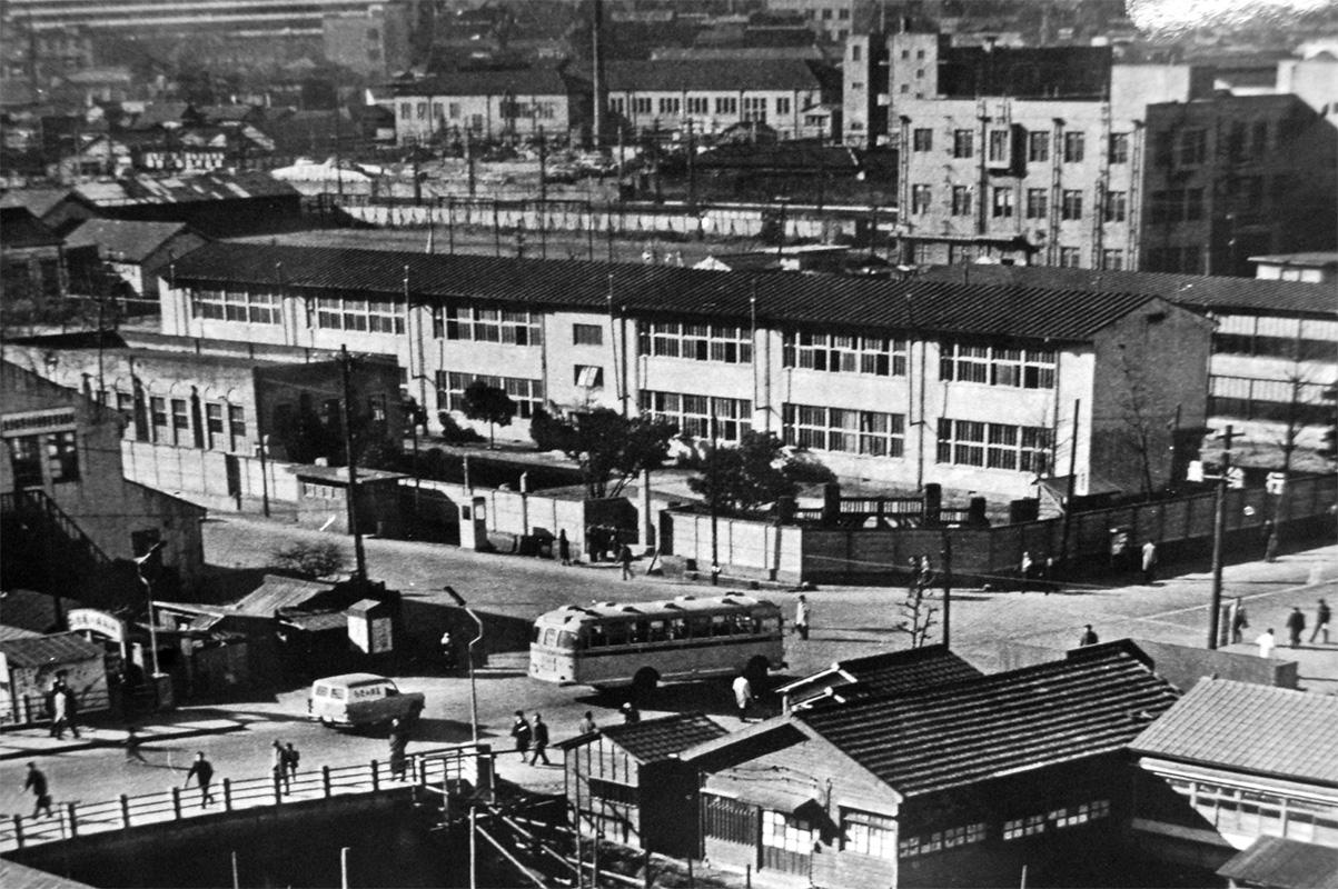 昭和35年(1960年)当時の田町駅芝浦口の交差点から見た校舎全景